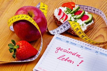 Apfel, Massband, Brot mit Gemüse und einem Kalender. Guter Vorsatz zur Gesunden Ernährung